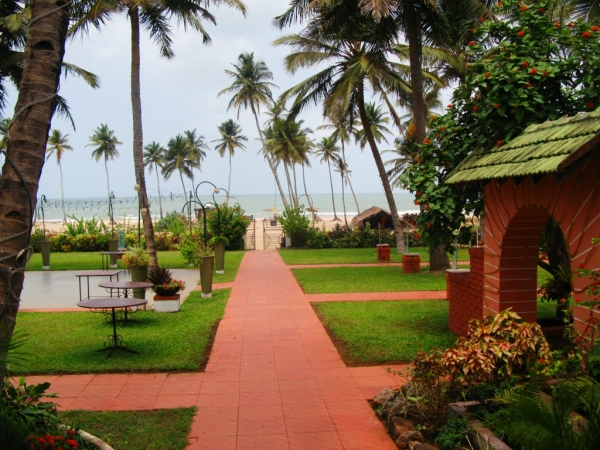 Luxury beach house mobile no 9381017742 by apple beach house and resorts modern resorts for Cheap resorts in ecr with swimming pool