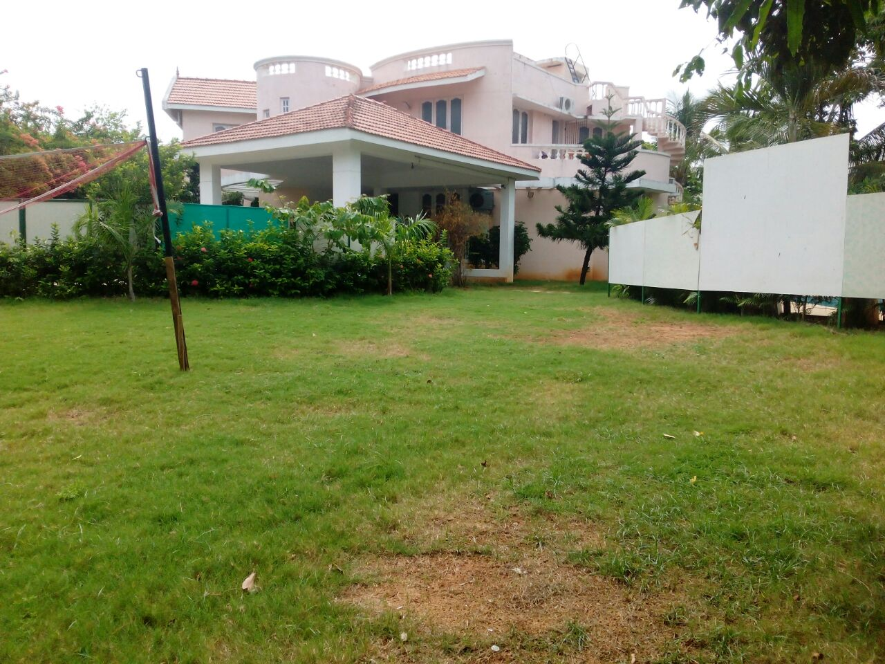 Swimming pool resorts mobile no 9381017742 by apple beach house and resorts beach house in for Cheap resorts in ecr with swimming pool
